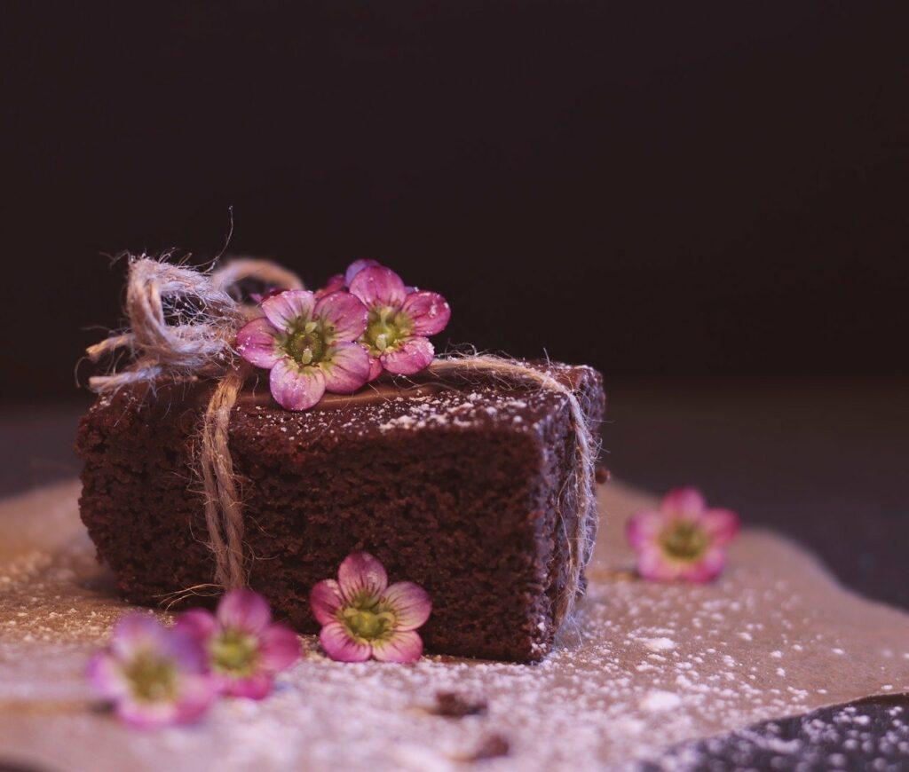 Gâteau à l'ail noir, amandes et chocolat